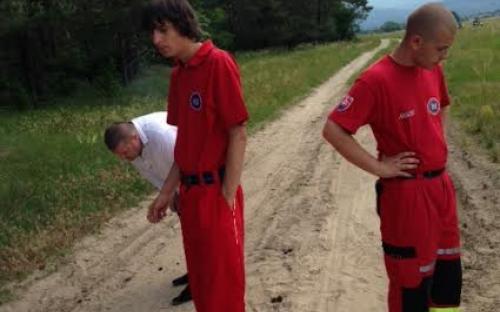 Záchranáři hledají další stopy HO  v písku.